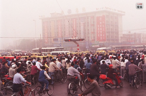 Bicycle flows on a main road in Tianjin on October 19, 1998 | Source: NetEase China