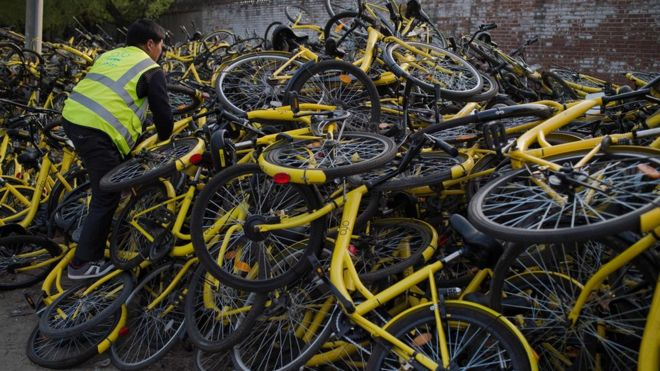 An ofo maintenance staff person servicing bikes in Beijing in April 2017 | Image credit: AFP