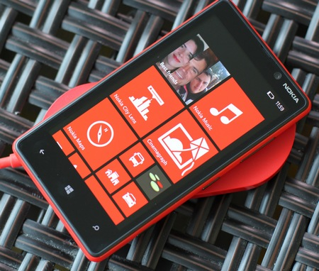 Nokia Lumia 820 Windows Phone 8 Smartphone live shot charging