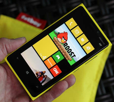 Nokia Lumia 920 Flagship Windows Phone 8 Smartphone live shot on hand