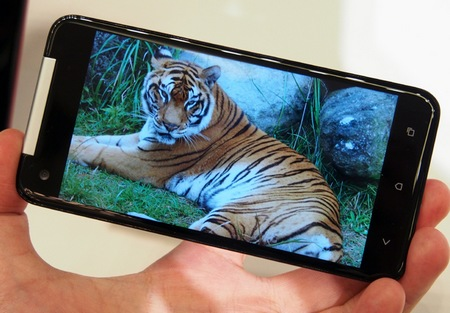 KDDI au HTC J Butterfly gets 5-inch 1080p Touchscreen live shot screen