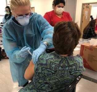 La doctora Roldan ha estado trabajando en el proceso de vacunación en Miami (Foto/FIU)