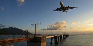 Aeronautical lights and airplane landing at Hong Kong Airport | 香港機場航空導航燈