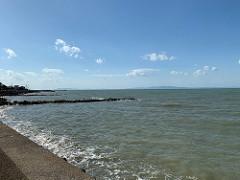 海辺の道を散歩