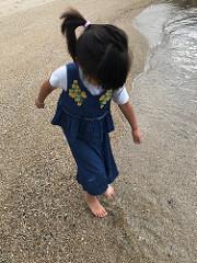 莉ちゃんと海にお散歩
