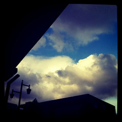 雲が流れまくってる