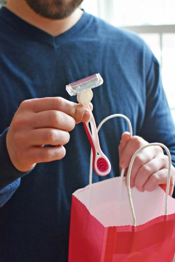 Man holding a razor1