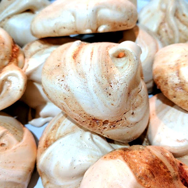 the spicy bean - super simple strawberry meringues recipe - www.itsthespicybean.com