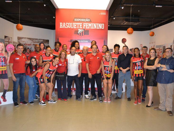 Ituano Basquete prestigia abertura de exposição no Plaza Shopping Itu