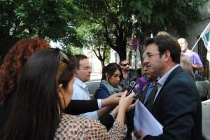 Daniel Martínez atendiendo a medios de comunicación