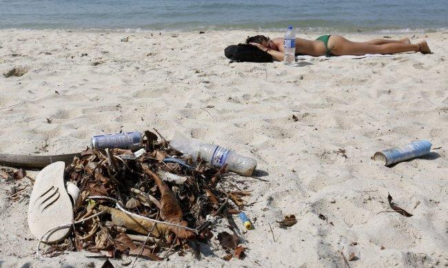 สภาพชายหาดหลายๆ แห่งในปัจจุบันที่เต็มไปด้วยขยะพลาสติก | Photograph: Barbara Walton/EPA