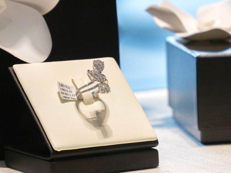 ananta diamondring iurban 1030501n 750x563 10 วิธีเลือกซื้อแหวนเพชร แหวนแต่งงาน ที่ต้องทำการบ้านก่อนไปร้านเพชร
