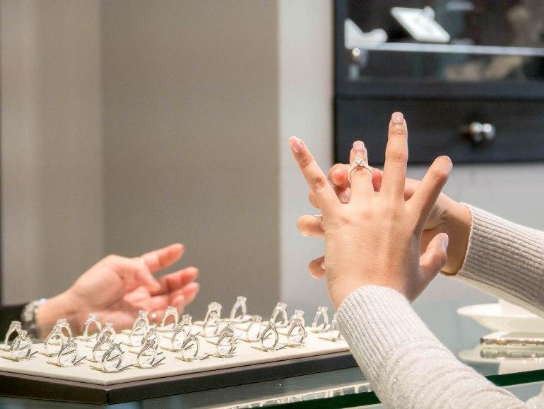 10 วิธีเลือกซื้อแหวนเพชร แหวนแต่งงาน ที่ต้องทำการบ้านก่อนไปร้านเพชร 41 - Ananta Fine Jewelry (อนันทา จิวเวลรี่)