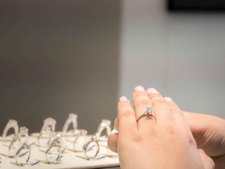 ananta diamondring iurban 1070032n 750x563 10 วิธีเลือกซื้อแหวนเพชร แหวนแต่งงาน ที่ต้องทำการบ้านก่อนไปร้านเพชร