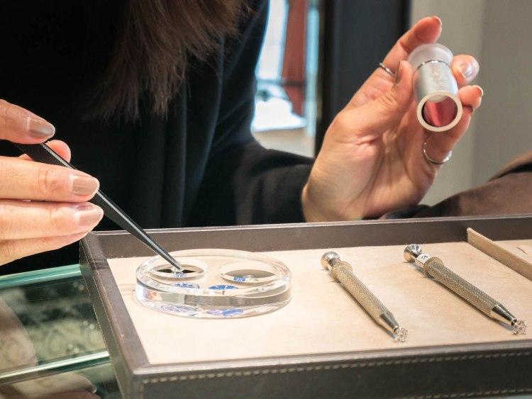 ananta diamondring iurban 1070066n 750x563 10 วิธีเลือกซื้อแหวนเพชร แหวนแต่งงาน ที่ต้องทำการบ้านก่อนไปร้านเพชร