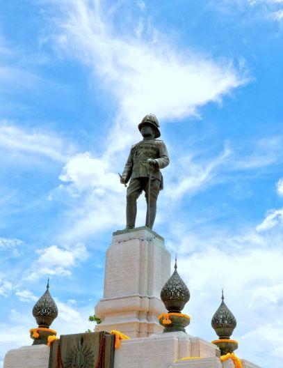 พระบรมราชานุสาวรีย์แห่งแรก สร้างแล้วเสร็จเมื่อ พ.ศ. 2485 ที่สวนลุมพินี