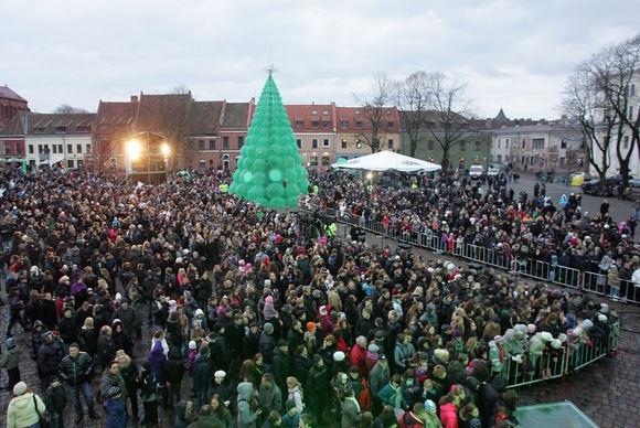 ประเทศลิทัวเนียทำต้นคริสต์มาสจากขวดพลาสติก 40,000 ใบ สะท้อนคุณค่ารักษาสิ่งแวดล้อม 14 - christmas