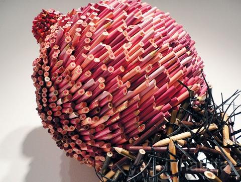 25550316 170432 ประติมากรรมน่ากิน จากแท่งดินสอสี