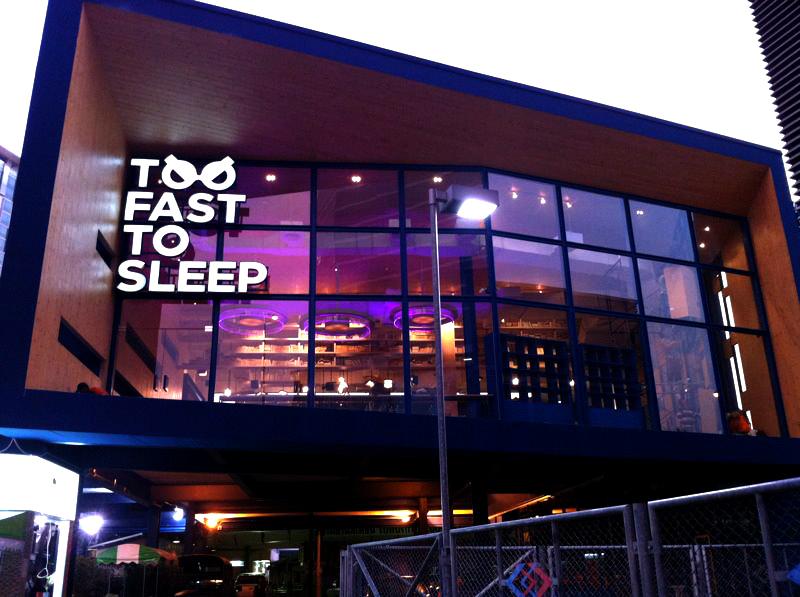 Too Fast To Sleep ห้องสมุดคาเฟ่ 24 ชม.สำหรับคนนอนดึก บริเวณสามย่าน 14 - 100 Share+