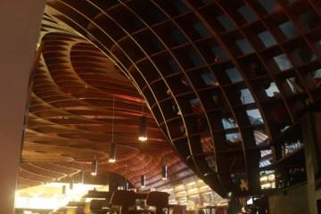indigo deli..ร้านอาหารในบุมไบ ใช้การสร้างสรรค์บนฝ้าเพดานสร้างความแตกต่าง 2 - mumbai