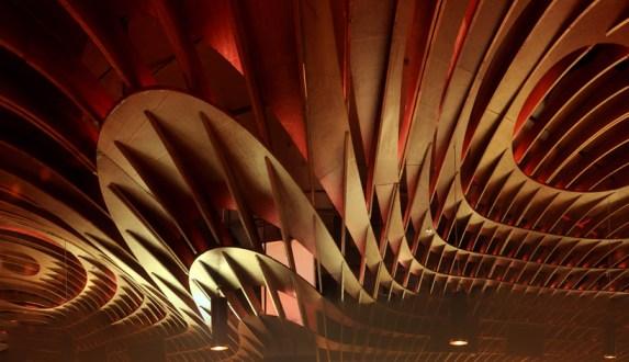 in04 indigo deli..ร้านอาหารในบุมไบ ใช้การสร้างสรรค์บนฝ้าเพดานสร้างความแตกต่าง
