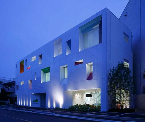 dzn SugamoTokiwadai03 หน้าต่างมีสี..และลวดลายใบไม้ ที่ปลิวมาจากหน้าต่าง..สร้างความรู้สึก สุข..สดชื่น..กับลูกค้า