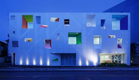 dzn SugamoTokiwadai04 หน้าต่างมีสี..และลวดลายใบไม้ ที่ปลิวมาจากหน้าต่าง..สร้างความรู้สึก สุข..สดชื่น..กับลูกค้า