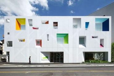 หน้าต่างมีสี..และลวดลายใบไม้ ที่ปลิวมาจากหน้าต่าง..สร้างความรู้สึก สุข..สดชื่น..กับลูกค้า 25 - interior