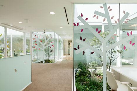 dzn SugamoTokiwadai10 หน้าต่างมีสี..และลวดลายใบไม้ ที่ปลิวมาจากหน้าต่าง..สร้างความรู้สึก สุข..สดชื่น..กับลูกค้า