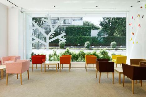 dzn SugamoTokiwadai15 หน้าต่างมีสี..และลวดลายใบไม้ ที่ปลิวมาจากหน้าต่าง..สร้างความรู้สึก สุข..สดชื่น..กับลูกค้า