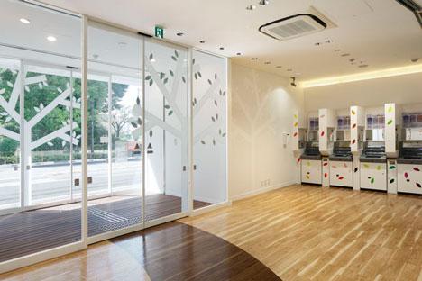 dzn SugamoTokiwadai19 หน้าต่างมีสี..และลวดลายใบไม้ ที่ปลิวมาจากหน้าต่าง..สร้างความรู้สึก สุข..สดชื่น..กับลูกค้า