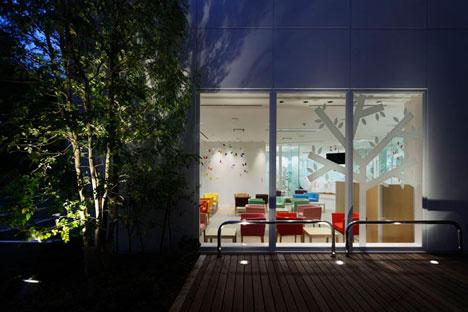 dzn SugamoTokiwadai20 หน้าต่างมีสี..และลวดลายใบไม้ ที่ปลิวมาจากหน้าต่าง..สร้างความรู้สึก สุข..สดชื่น..กับลูกค้า