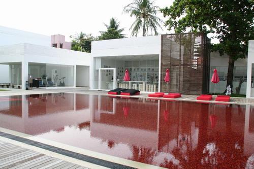 1215510553 THE LIBRARY เดอะ ไลบรารี่ เกาะสมุย กับสระว่ายน้ำสีแดงแปลกตาที่เปิดโล่งให้เห็นวิวทะเล และผู้รักการอ่านหนังสือ