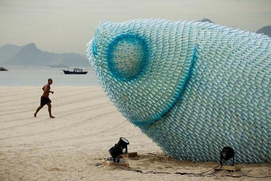 25550723 153216 ประติมากรรมจากขวดพลาสติกใช้แล้วบนหาดทราย