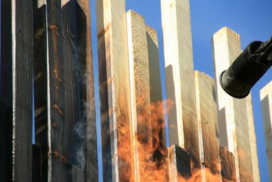 25550724 072527 บ้านหลบภัย สร้างจากไม้ที่ไม่ติดไฟ