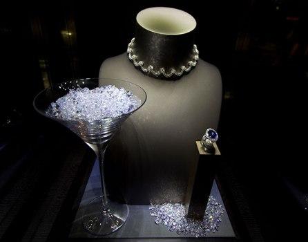 bond26 446x350 Designing 007   fifty years of Bond style กว่าจะมาเป็นสายลับ 007