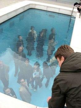 underwaterpool03 262x350 Fake Pool In Art Museum At Kanazawa สระว่ายนำ้นี้ไม่ธรรมดา!!