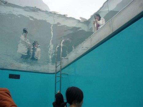 underwaterpool07 466x350 Fake Pool In Art Museum At Kanazawa สระว่ายนำ้นี้ไม่ธรรมดา!!