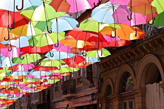 25550804 224246 แต่งเติมหลังคาทางเดิน ให้สีสันสวยงามด้วยร่มนับร้อย
