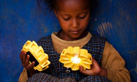 Girl holding two Little S 008 เครื่องกำเนิดแสงขนาดพกพาช่วยเหลือชาวชนบท Little Sun by Olafur Eliasson & Frederik Ottesen