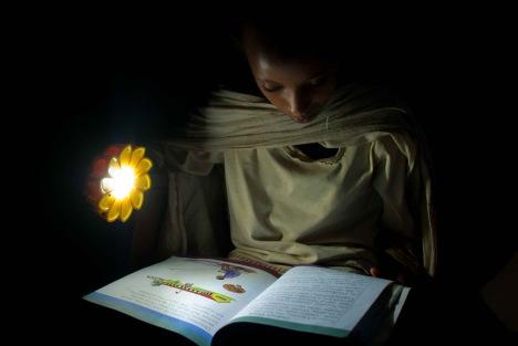 little sun olafur eliasson 13 เครื่องกำเนิดแสงขนาดพกพาช่วยเหลือชาวชนบท Little Sun by Olafur Eliasson & Frederik Ottesen