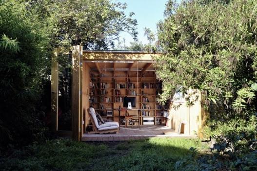 25551126 180638 Hackney Shed ที่ทำงานในสวน ตกแต่งด้วยชั้นหนังสือ ผนังเปิดโล่งรับสีเขียว กับหลังคาที่มองเห็นท้องฟ้า