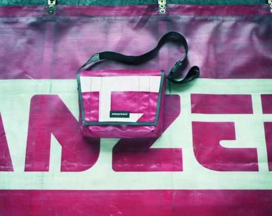 Truck till bag 09 CMYK1 Green Fashion Product FREITAG กระเป๋าที่ทำมาจากผ้าใบคลุมรถบรรทุก