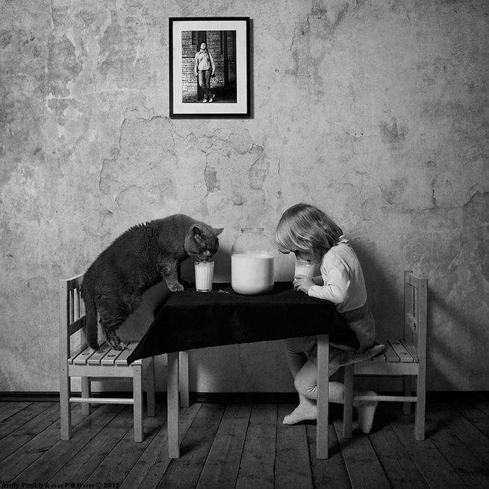 25560420 221334 เก็บความทรงจำดีๆไว้กับภาพขาวดำ..มิตรภาพระหว่างเด็กสาว 4 ขวบ กับแมวจอมกวน..