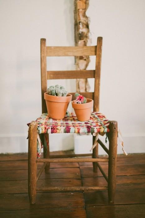 25560531 085805 DIY ชุบชีวิตให้เก้าอี้เก่า ด้วยเสื้อยืดเก่า