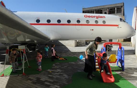 main.sleeppod1 เปลี่ยนเครื่องบินเก่าเป็นโรงเรียนอนุบาลให้เด็กๆ ✈︎ ไอเดียจากประเทศจอร์เจีย ??