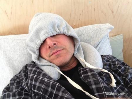 2013 04 27 15.58.02 โลกส่วนตัวได้ทุกที่กับ Hooded Travel Pillow