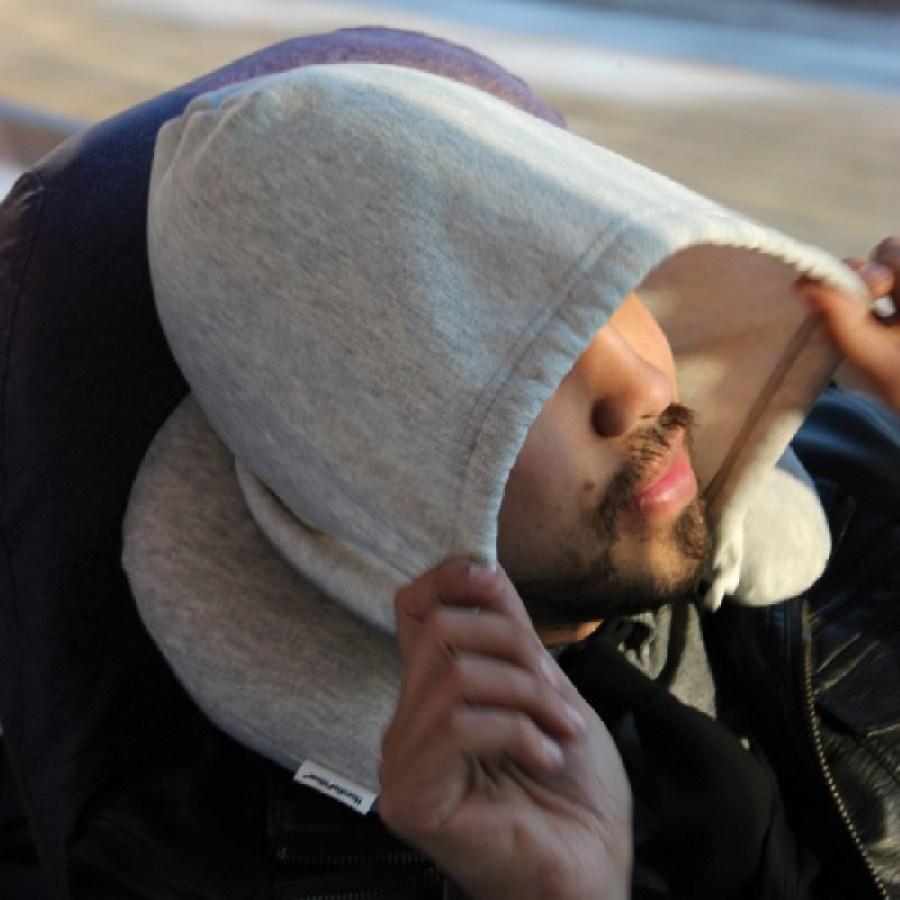 22 โลกส่วนตัวได้ทุกที่กับ Hooded Travel Pillow