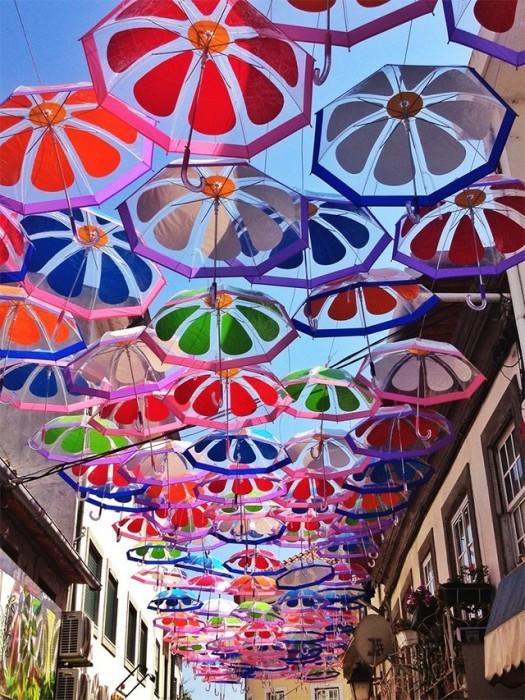 25560710 192233 ถนนที่คลุมด้วยร่มในโปรตุเกสกลับมาอีกครั้งในปีนี้ สีสันแตกต่างจากเดิม แต่ยังสวยสดใสเหมือนเดิม