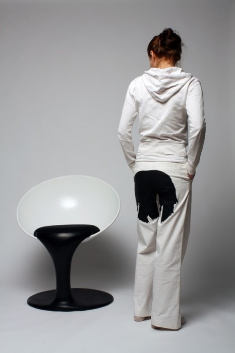 25560712 211345 เก้าอี้อาร์ตๆ..เหมือนถ้วยลอยกลางอากาศเทสีหกเลอะพื้น..งดงาม